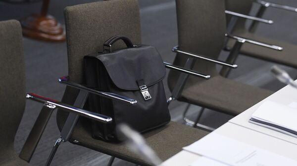 Портфель на кресле - Sputnik Беларусь