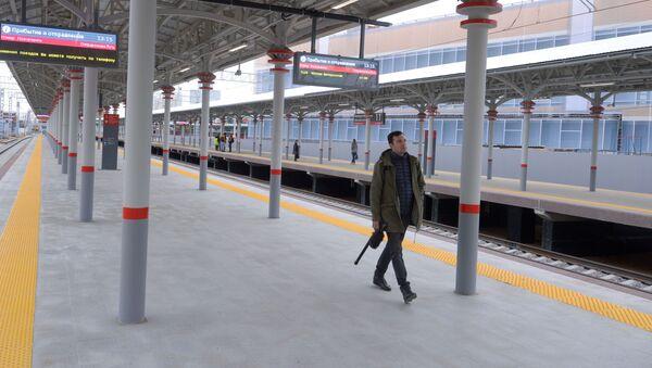 Пасажыр на новай пасадачнай платформе з перонам на Беларускім вакзале Масквы - Sputnik Беларусь