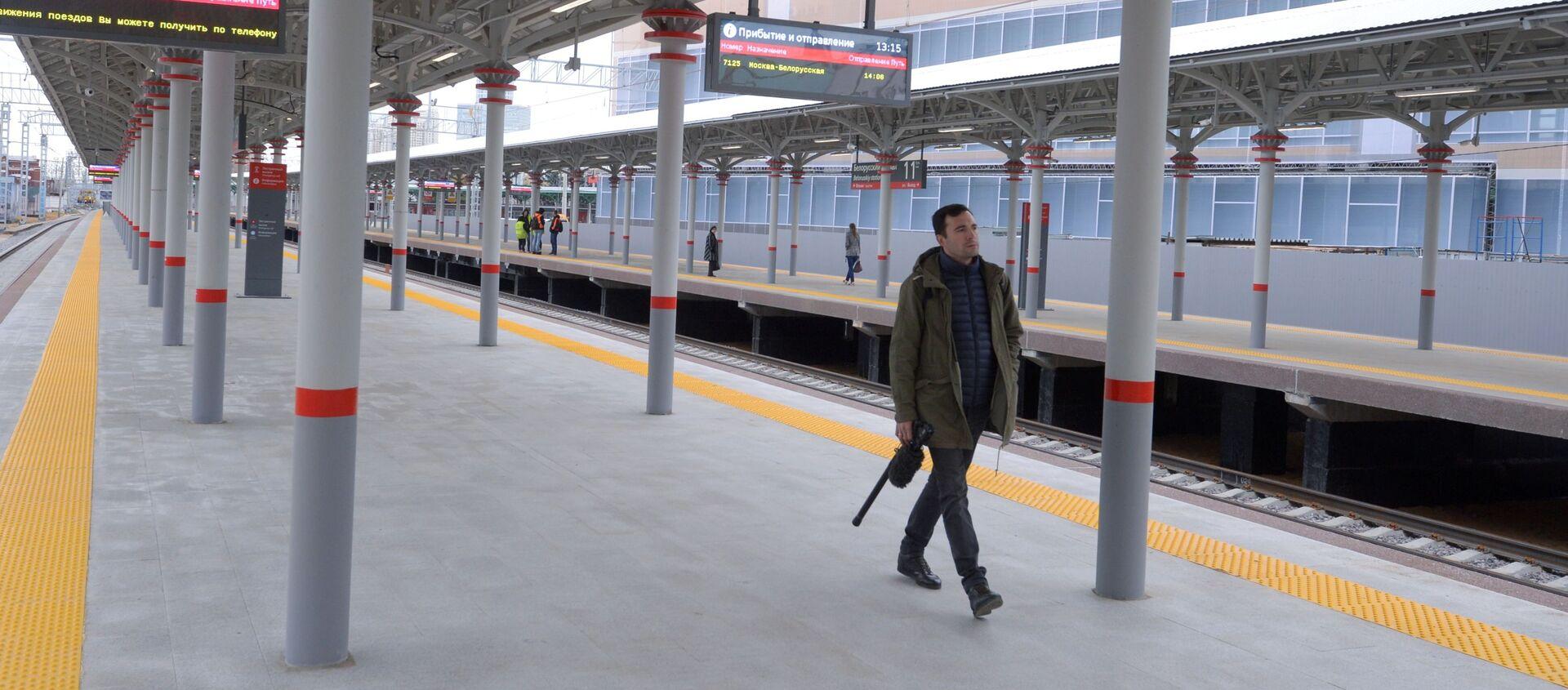 Пассажир на новой посадочной платформе с перроном на Белорусском вокзале Москвы - Sputnik Беларусь, 1920, 05.02.2021