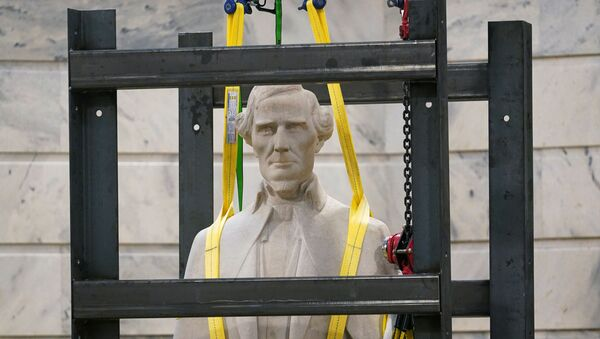 Статуя президента Конфедерации Джефферсона Дэвиса - Sputnik Беларусь