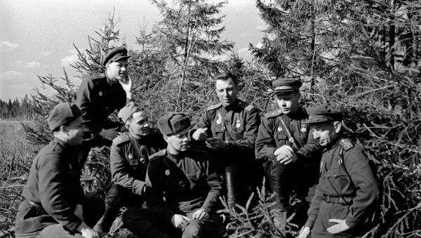 Група салдат і афіцэраў 30-га гвардзейскага стралковага палка 8-й гвардзейскай імя Панфілава стралковай дывізіі - Sputnik Беларусь