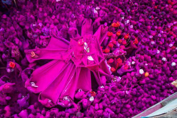 Работа индийского фотографа Шубхама Котхавале Розовый фестиваль, вошедшая в шорт-лист конкурса имени Андрея Стенина в категории «Моя планета. Одиночная фотография» - Sputnik Беларусь