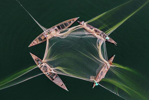 Работа фотографа из Бангладеша Абдула Момина Рыбалка на Джамуне, вошедшая в шорт-лист конкурса имени Андрея Стенина в категории «Моя планета. Одиночная фотография» - Sputnik Беларусь
