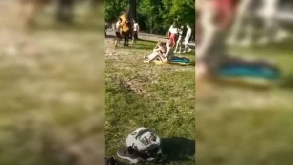 Лицеист в Гомеле поджег себя и прыгнул в реку, видео - Sputnik Беларусь