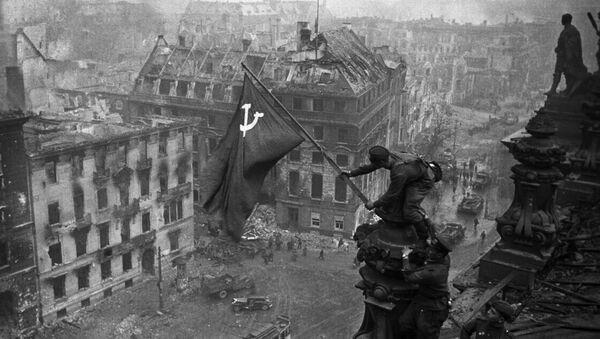 Знамя Победы на здании Рейхстага в Берлине - Sputnik Беларусь