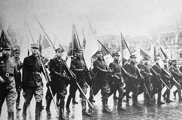 Польские солдаты маршируют со знаменами на параде Победы на Красной площади в Москве. - Sputnik Беларусь