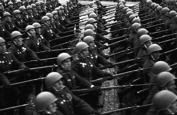 Вслед за полками фронтов и ВМФ на Красную площадь вступила сводная колонна советских воинов, которые несли опущенные до земли 200 знамен немецко-фашистских войск, разгромленных на полях сражений.  - Sputnik Беларусь