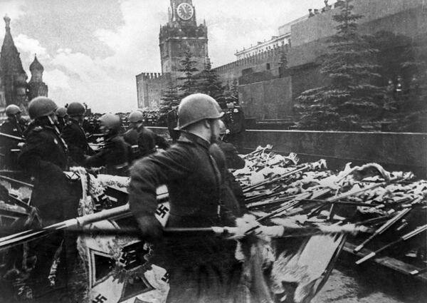 Эти знамена под барабанный бой были брошены к подножию Мавзолея в знак сокрушительного поражения агрессора. - Sputnik Беларусь