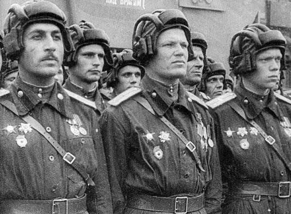 Парадный расчет советских танкистов во время парада на Красной площади по случаю Победы в Великой Отечественной войне. - Sputnik Беларусь