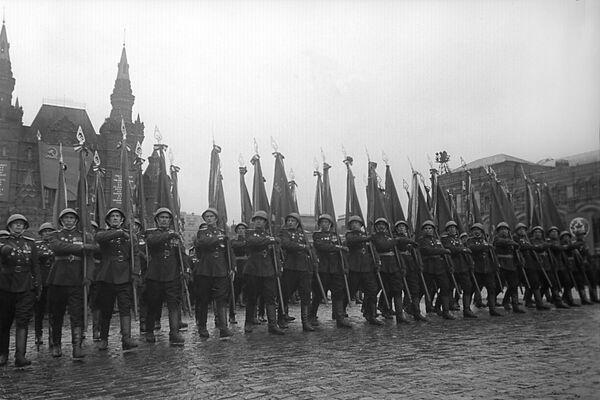 Торжественный марш сводного полка одного из фронтов на Параде Победы на Красной площади. Парад длился два часа (122 минуты) под проливным дождем. В нем приняли участие 24 маршала, 249 генералов, 2536 других офицеров, 31 116 сержантов и солдат. - Sputnik Беларусь