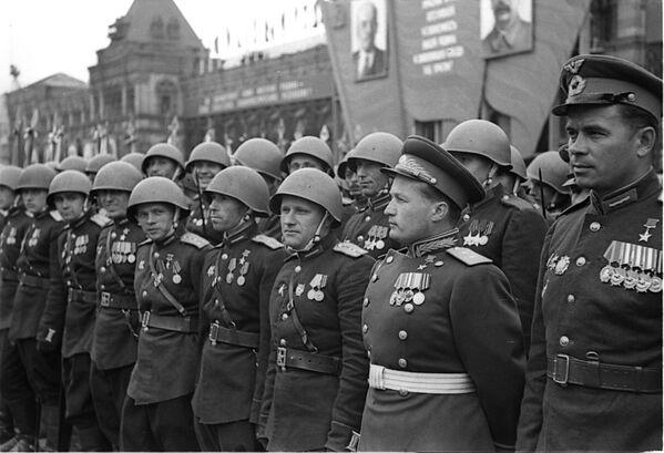Герой Советского Союза, генерал-лейтенант Николай Петрович Каманин в рядах воинов 2-го Украинского фронта на Параде Победы. - Sputnik Беларусь