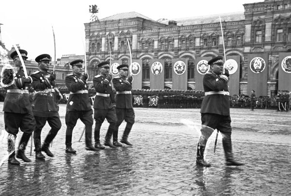 Маршал Советского Союза Родион Яковлевич Малиновский и командующие армиями 2-го Украинского фронта на Параде Победы 24 июня 1945 года на Красной площади.  - Sputnik Беларусь