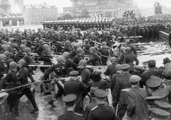 Советские солдаты бросают знамена немецко-фашистской армии к Мавзолею во время парада Победы. - Sputnik Беларусь