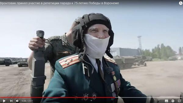 Ветерана-танкиста позвали на репетицию парада - видео - Sputnik Беларусь