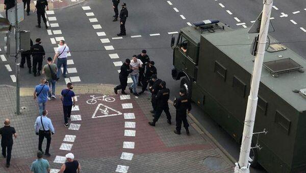 Сотрудники ОМОН задерживают граждан в Минске - Sputnik Беларусь