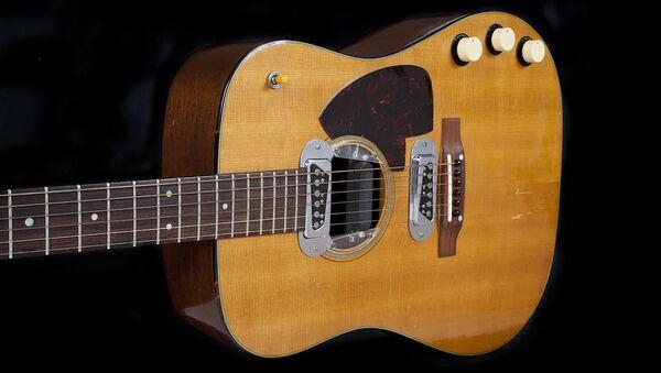 С этой гитарой Курт Кобейн он выступал на концерте MTV Unplugged в 1993 году - Sputnik Беларусь