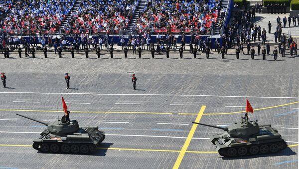 Танкі Т-34-85 падчас ваеннага парада Перамогі - Sputnik Беларусь