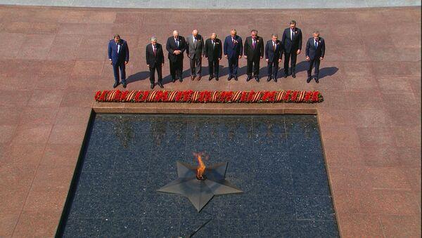 Путин и зарубежные лидеры возложили цветы к Могиле Неизвестного Солдата - Sputnik Беларусь