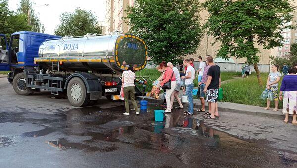 С утра воду жителям микрорайона Сухарево подвозят в бочках - Sputnik Беларусь