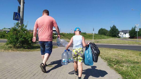 Минчане идут за водой - Sputnik Беларусь