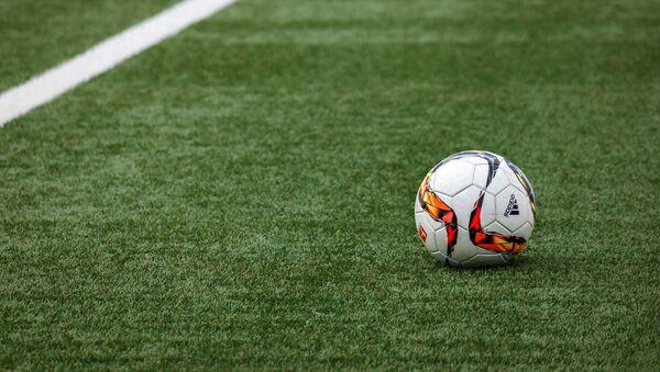 Футбольны мяч на поле - Sputnik Беларусь