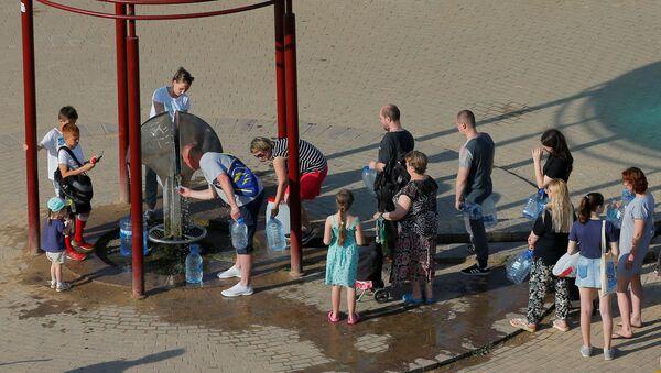 Минчане в очереди за водой - Sputnik Беларусь