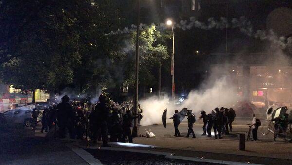 Столкновения демонстрантов с полицией во время акции протеста против расового неравенства перед зданием муниципалитета в Ричмонде , штат Вирджиния - Sputnik Беларусь