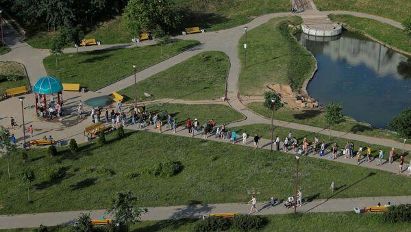 Люди стоят в очереди за питьевой водой в Минске - Sputnik Беларусь