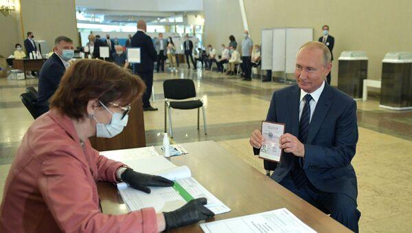 Президент Владимир Путин во время голосования по вопросу одобрения изменений в Конституцию РФ - Sputnik Беларусь