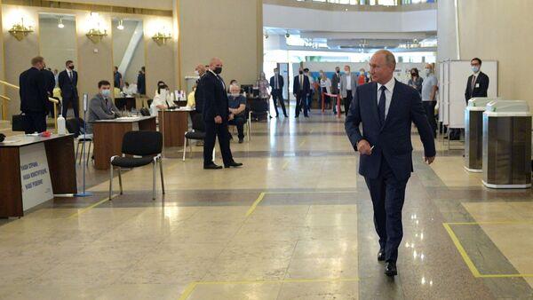 Уладзімір Пуцін падчас галасавання па пытанні адабрэння змяненняў у Канстытуцыю РФ - Sputnik Беларусь