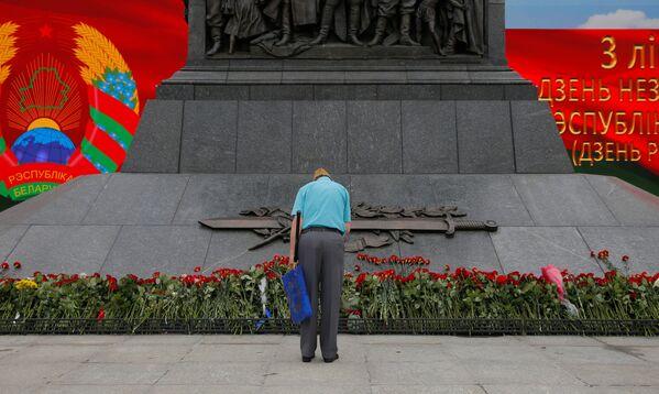 Монумент Победы был буквально усыпан цветами, которые минчане несли сюда с самого утра - Sputnik Беларусь