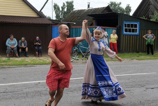 Так отмечали День Независимости в деревне Переровский Млынок под Житковичами. - Sputnik Беларусь