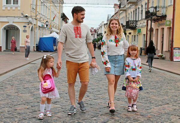 С самого утра в городе можно было встретить гродненцев в вышиванках - Sputnik Беларусь