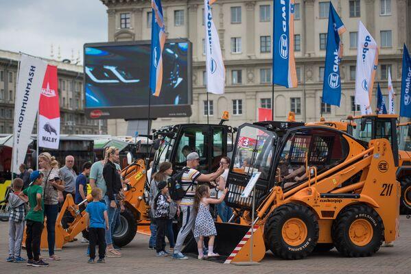 3 июля Октябрьская площадь превратилась в огромный выставочный комплекс - отечественные автогиганты привезли в центр столицы привезли свои достижения. - Sputnik Беларусь