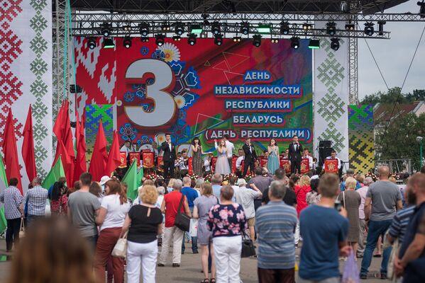 Массовые гулянья развернулись на площади в Дворца спорта - Sputnik Беларусь