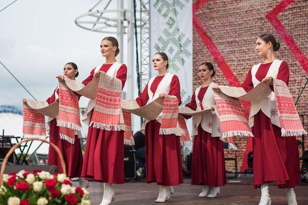 Творческие ансамбли подарили минчанам и гостям столицы яркий праздничный концерт - Sputnik Беларусь
