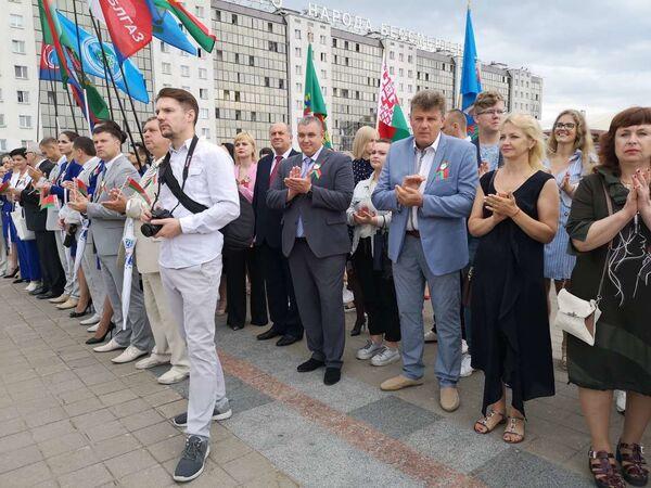 Представители трудовых коллективов на открытии доски Почета - Sputnik Беларусь