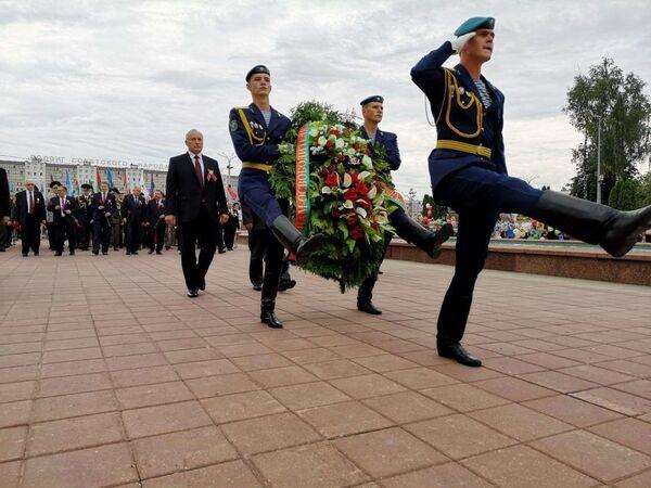 Власти города возложили цветы к монументу Три штыка - Sputnik Беларусь