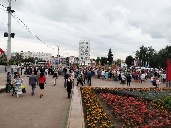 Несмотря на пасмурную погоду и то, что программа из-за пандемии была сокращена, на мероприятие пришло много горожан - Sputnik Беларусь
