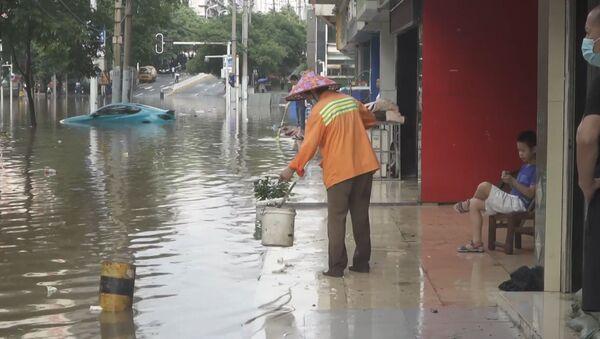 Стихия в Ухане: проливные дожди затопили город - видео - Sputnik Беларусь