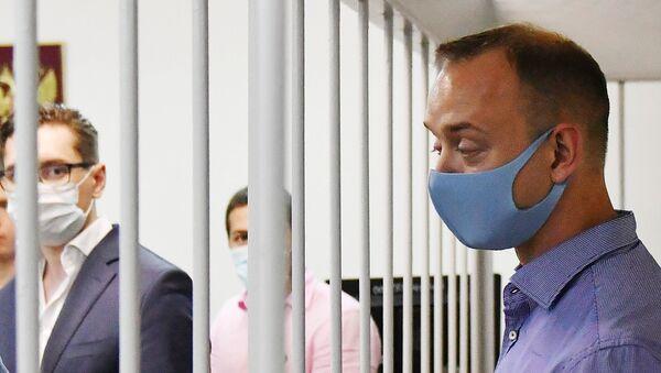 Бывший журналист изданий Коммерсантъ и Ведомости Иван Сафронов в зале суда - Sputnik Беларусь
