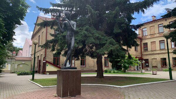 Более 30 лет нагая скульптура в сквере возле музыкальной школы никого не смущала - Sputnik Беларусь